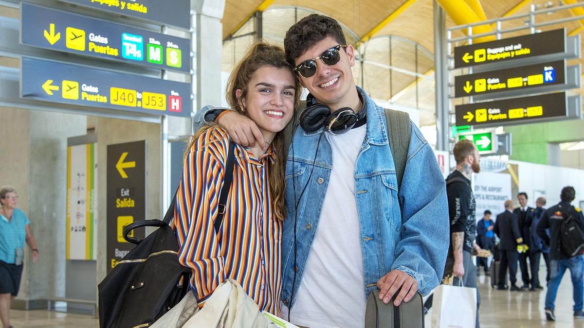 Amaia y Alfred en el aeropuerto, listos para partir hacia Lisboa.