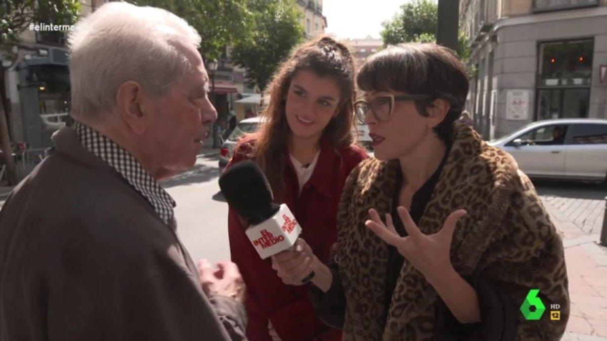 Amaia Romero y Thais Villas hablando con un señor en 'El intermedio'.
