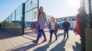 Ana Enrique y su hija Noa salen de la escuela Montigalà, en Badalona.