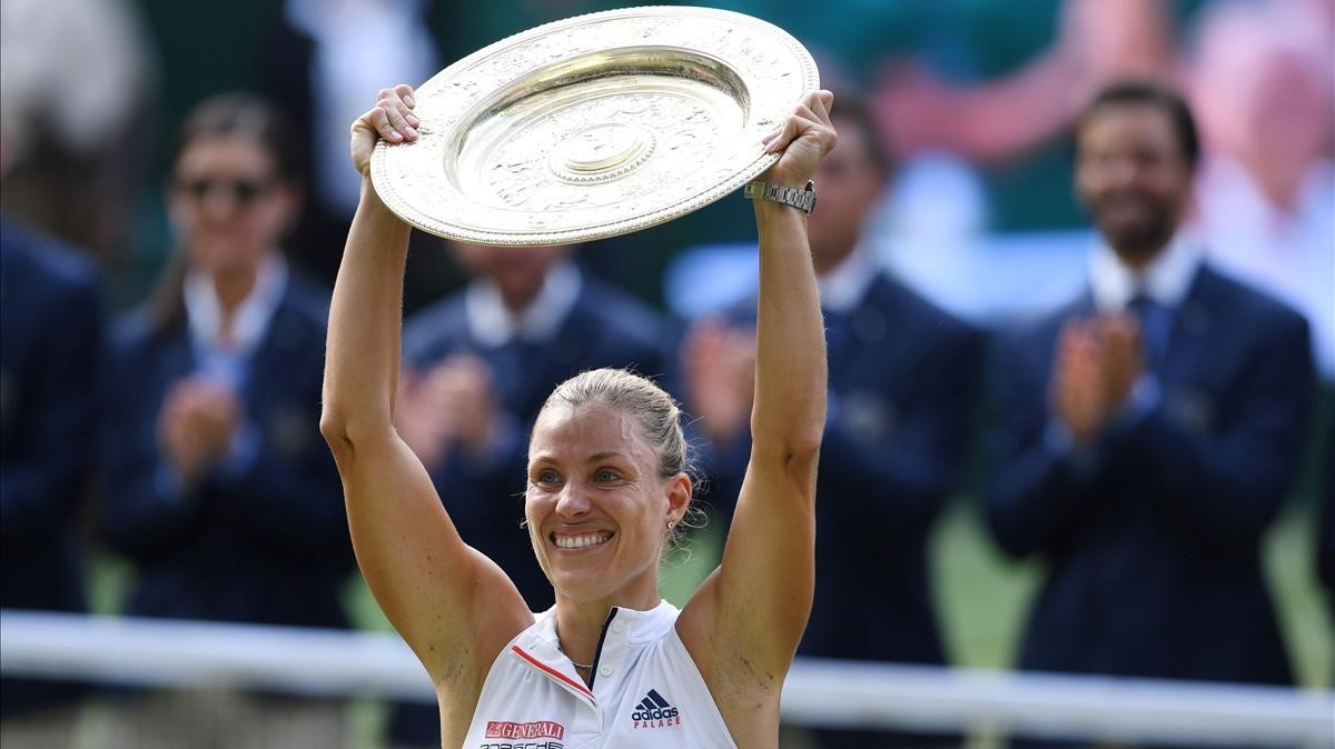 Angelique Kerber levanta su trofeo de Wimbledon.