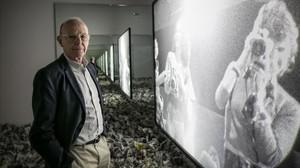 Anthony McCall, ante la instalación Circulation figures,que formaparte de la exposición Solid Light, Performance and Public Works, que recorre su trayectoria en la Fundació Gaspar de Barcelona.