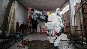 Personal del gobierno de la ciudad de Buenos Aires realiza la desinfeccion en el interior del barrio Villa 31.