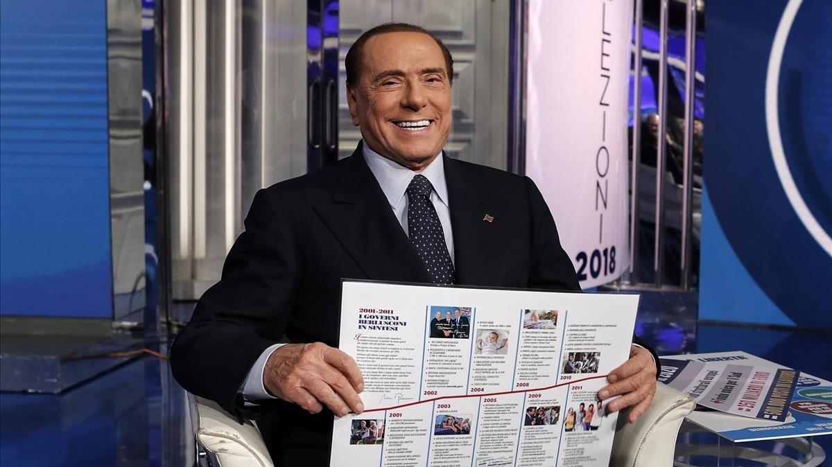 Berlusconi sonríe durante la grabación del programa televisivo Porta a porta, en Roma, el 2 de febrero.