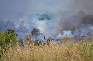 Bombers trabajando para apagar las llamas de un incendio en Mataró.