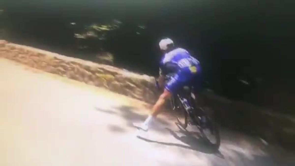 Impactante caída de Philippe Gibert por un barranco en el Tour.