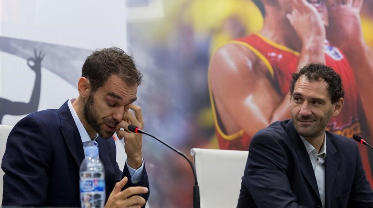 Calderón se despide de la selección junto a Garbajosa, el presidente de la federación.