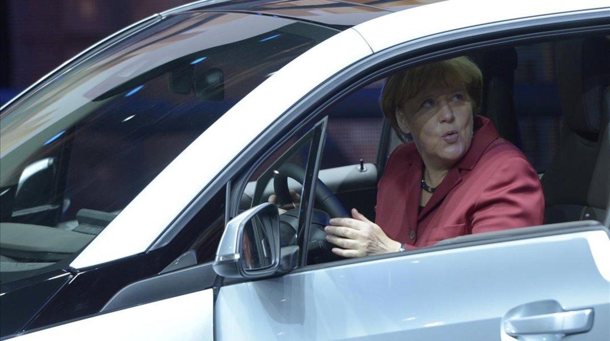 La cancillera Angela Merkelen un coche.