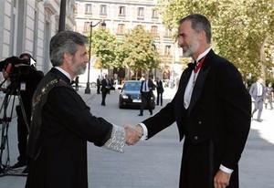 Carlos Lesmes saluda al rey Felipe VI.