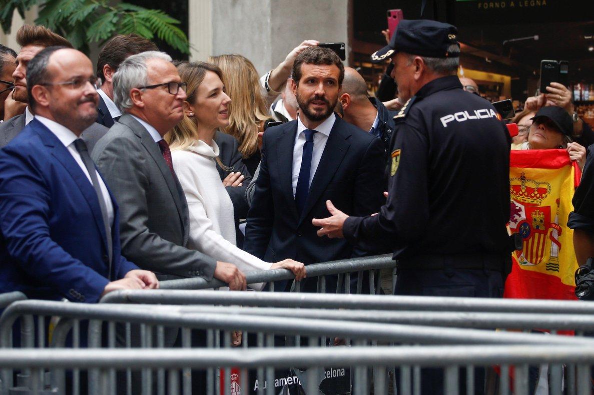 Casado habla con un mando policial en la Jefatura de Via Laietana, acompañado de Álvarez de Toledo, Bou y Fernández.