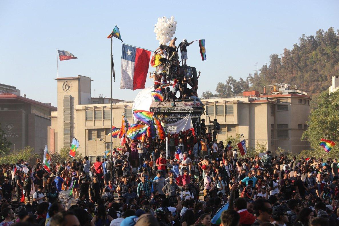 Chile conmemora ocho semanas de crisis con masivo concierto