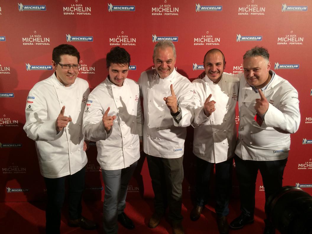 Vicent Guimerà (LAntic Molí), Fran López (Xerta), Xavier Pellicer (Céleri), Joel Castanyé (La Boscana) y Pere Arpa (Ca lArpa), la noche de este miércoles tras conocer que habían logrado una estrella Michelin.