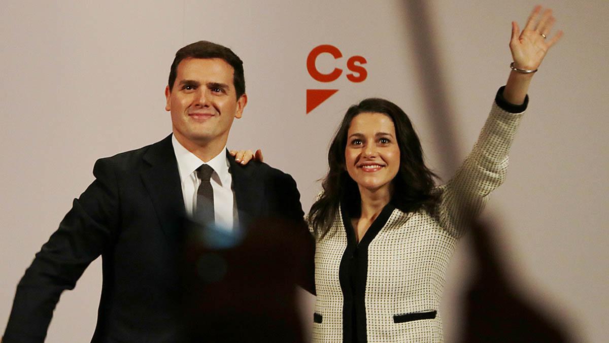 Ciudadanos, con Albert Rivera y su candidata a la presidencia de la Generalitat, Inés Arrimadas, participan en un mitin en Girona. Arrimadas promete ser la presidenta de todos los catalanes para devolver la serenidad tras el caos, dice, que sembró Puigdemont. Rivera cree que el voto a ciudadanos es el voto útil y advierte que votar al PSC o al PP podría quitarle a su partido escaños muy valiosos para formar Gobierno.