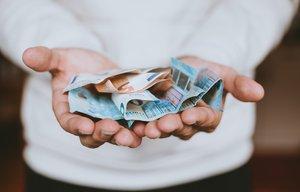 Hay momentos en los que buscamos liquidez urgente, y esta necesidad puede llevarnos a contratar créditos rápidos al consumo.