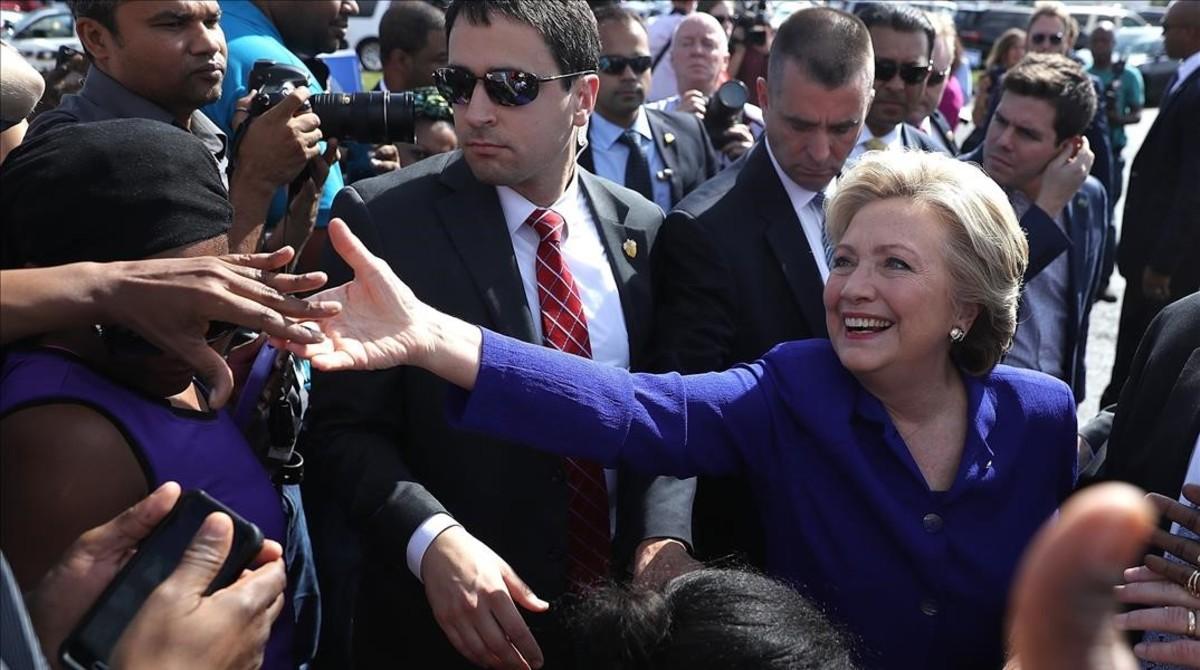 Clinton saluda a los votantesen una elección anticipada en Lauderhill (Florida), el 2 de noviembre.