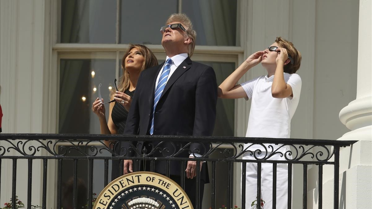 El presidente Donald Trump, junto a su esposa, Melania, y el hijo de ambos, Barron.