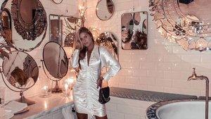 La 'influencer' Karla Paredes, entre los espejos del baño de Boca Grande.