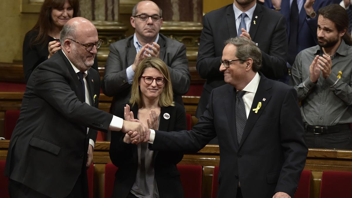 Quim Torra aplaudido y felicitado por sus compañeros de partido.