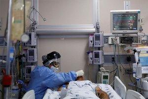 Personal médico atiende a un enfermode COVID-19 hopsitalizado en México.