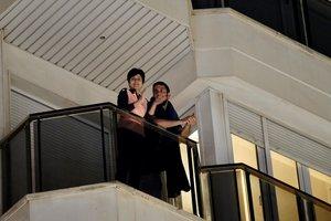 Vecinos de Calahorra (La Rioja) aplauden desde sus balcones a los sanitarios que ayudan a combatir el coronavirus.