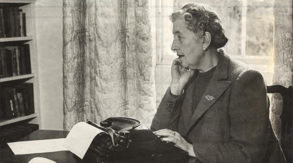 Agatha Christie ante su máquina de escribir