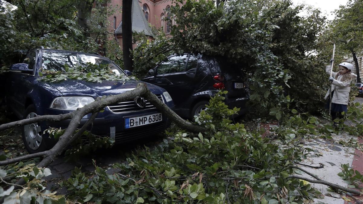 Destrozos causados por la tormenta Xavier en Berlín.