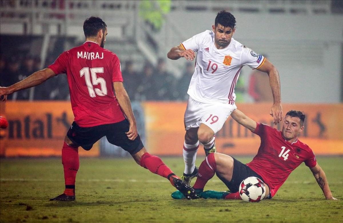 Diego Costa, autor del primer gol español, se marcha entre Mavraj y Xhaka .