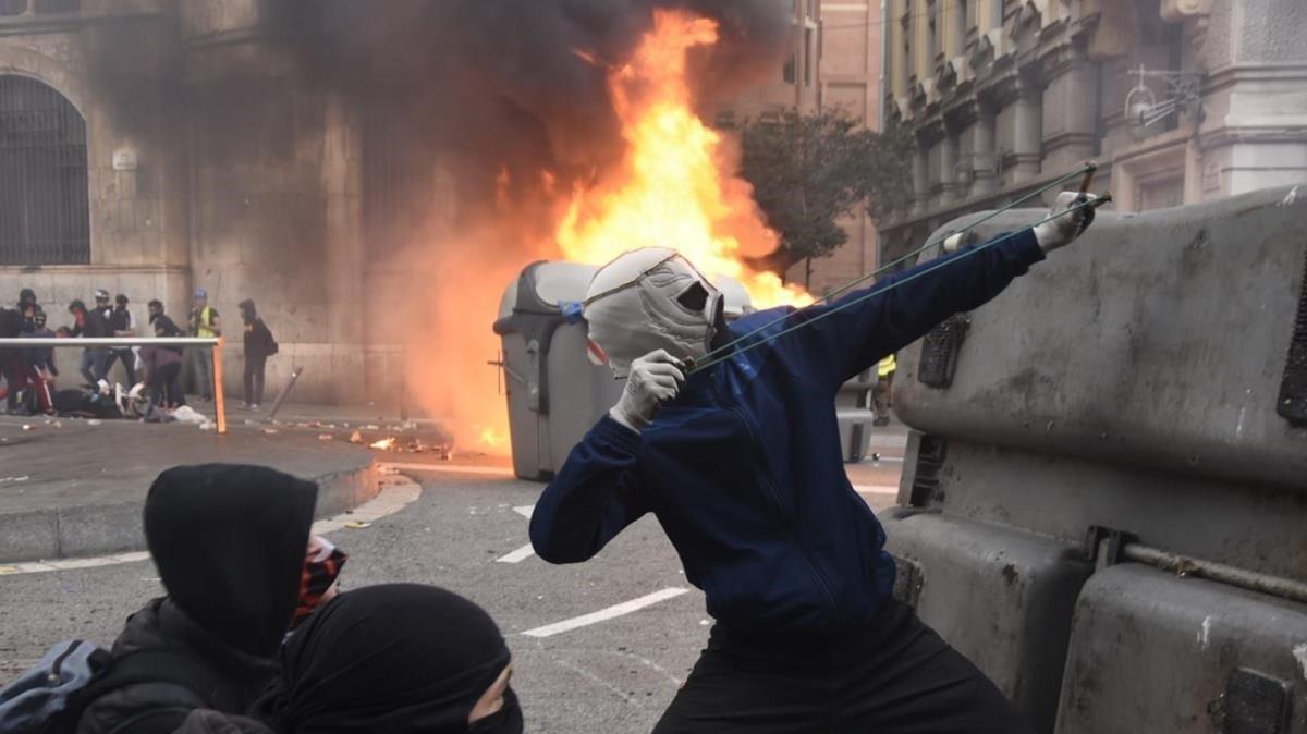 Disturbios en la Via Laietana de Barcelona en protesta por la condena de los líderes del 'procés'.