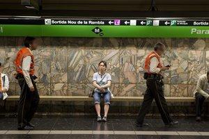 Dos vigilantes de seguridad en la estación de metro de Paral·lel.