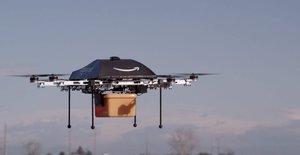 Imagen sin datar cedida por Amazon el 2 de diciembre del 2013 que muestra un dron llevando una caja en Seattle, cuando anunció por sorpresa que en un plazo de cinco años sería capaz de distribuir prodcutos a través de estos ingenios voladores.