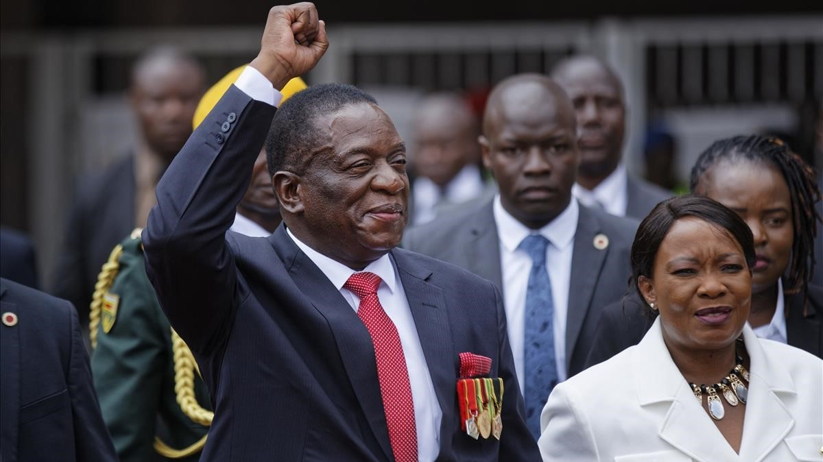 Emmerson Mnangagwa, junto a su esposa, Auxilia, a su llegada a la ceremonia de investidura, en Harare, el 24 de noviembre.