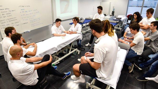 Estudiantes de fisioterapia del Tecnocampus en una clase de prácticas.