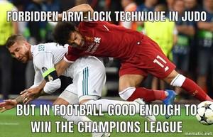 La acción que dio origen a la lesión de Salah en la final de la Champions.