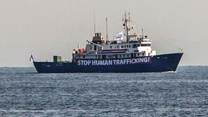 Imagen del C-Star, el pasado agosto, con una pancarta en la que condena el tráfico de inmigrantes.