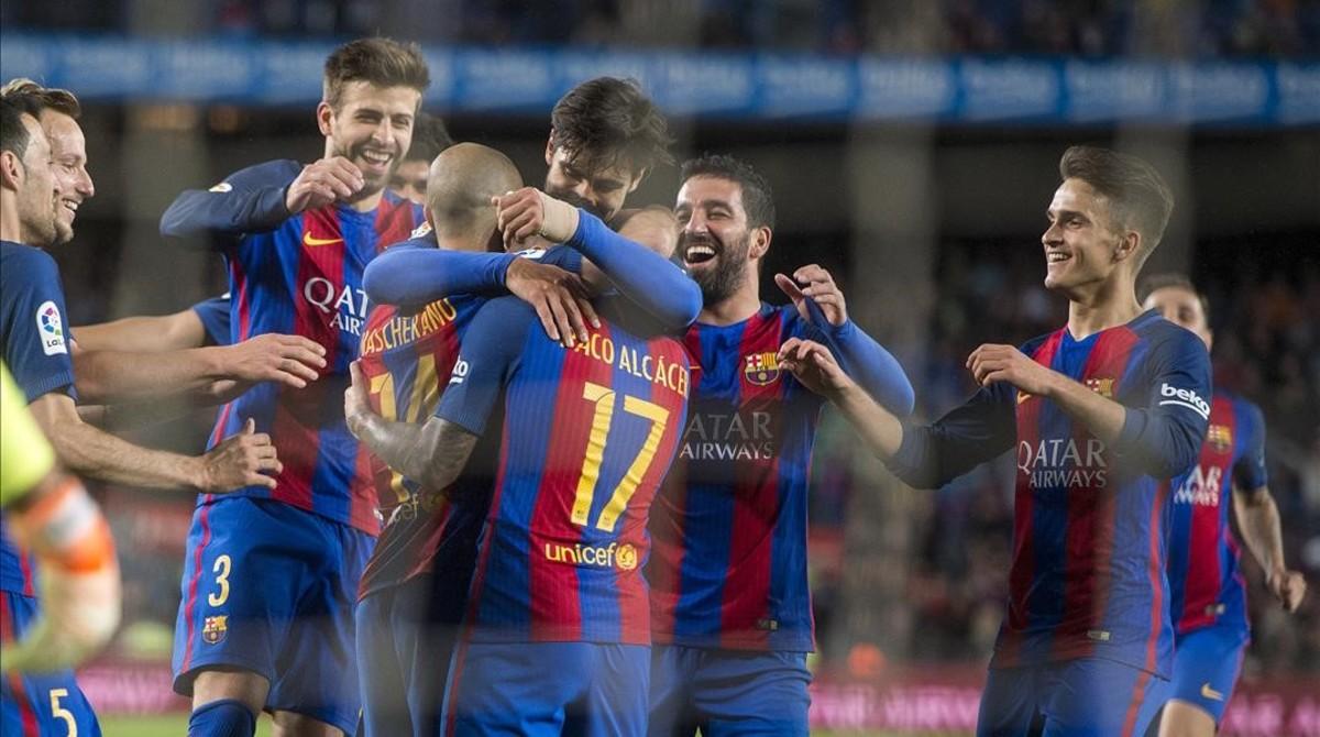 Felicitaciones del equipo a Mascherano tras anotar su primer gol como jugador azulgrana.