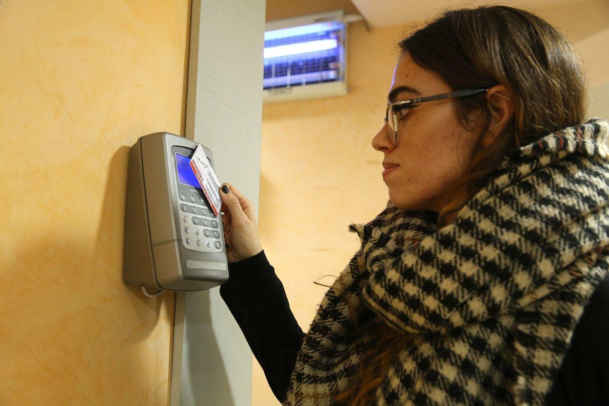 En España, los trabajadores de ocho horas que fichan por a la entrada y a la salida son los predominantes