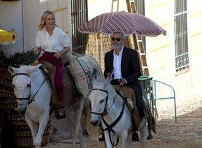 George Clooney y Brie Larson, a lomos de sendos burros, por el centro de Navalcarnero (Madrid).