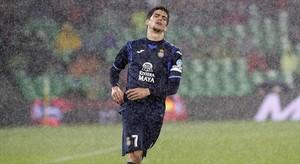 Gerard Moreno se lamenta de una ocasión bajo una torrencial lluvia, ayer en el Benito Villamarín.