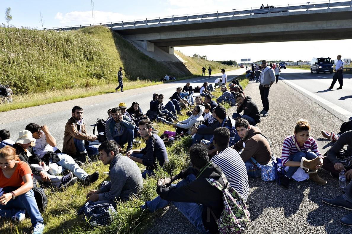 Un grupo de refugiados e inmigrantes en el sur de Dinamarca tras haber cruzado la frontera con Alemania. En una foto de archivo.