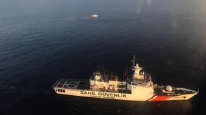 El guardacostas turco Sahil Guevenlik rastrea la zona en busca de los inmigrantes desaparecidos en el naufragio de este domingo ante las costas de Túnez.