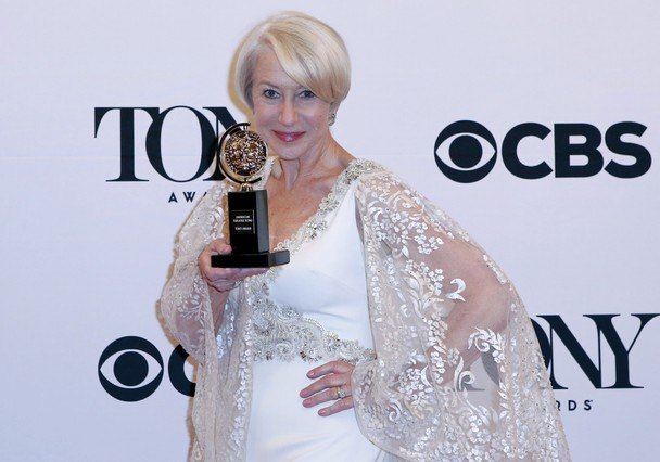 Helen Mirren posa con su Tony como mejor actriz principal por The Audience.