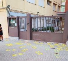Huellas amarillas pintadas a las puertas del INS J. Mestres i Busquets de Viladecans
