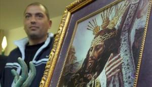 Un preso indultado por la cofradía malagueña de Jesús el Rico, en el 2005.