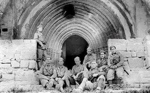 Imagen de archivo de los soldados de la División Littorio a las puertas del Convento de la Virgen de los Ángeles de Horta de Sant Joan.