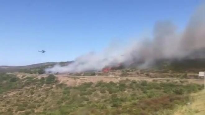 El incendio forestal afecta el Coll del Pení, en Roses.
