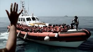 Inmigrantes rescatados en alta mar por el buque Aquarius son transferidos a una patrullera de la Guarda Costera Italiana