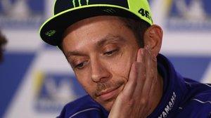 El italiano Valentino Rossi, pensativo, en el box del equipo Movistar Yamaha, en Phillip Island (Australia).