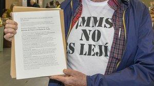 Un promotor de los beneficios terapéuticos del clorito sódico con una camiseta con el lema El MMS no es lejía