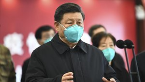 El president Xi Jinping habla este martespor video con pacientes y médicos del hospital Huoshenshan enWuhan.