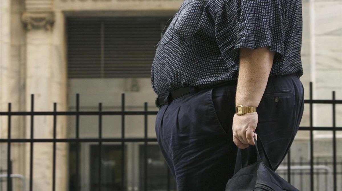 Un home amb obesitatmòrbida passeja pels carrers de NovaYork.
