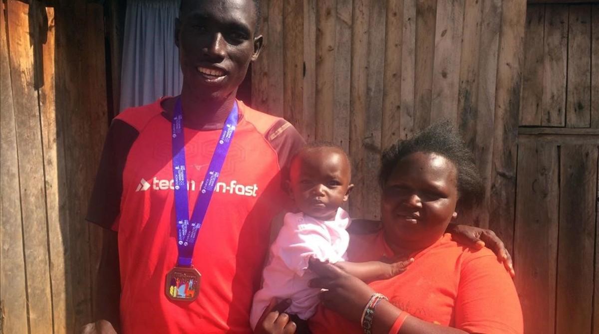 Jonah K. Chesum, en su granja de Kenia con su esposa y su hijo.